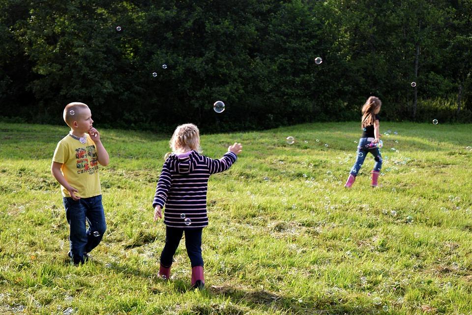 niños jugando taller pompas